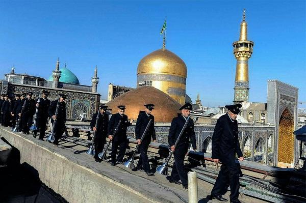 عکس از خادمین حرم امام رضا در حال رفتن به جایگاه نقاره زنی
